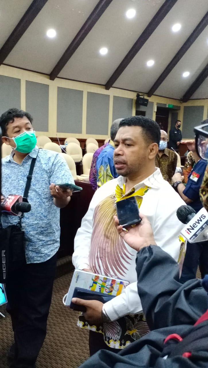 Anggota DPD RI Dr. Filep Wamafma, SH., M.Hum saat berbicara kepada awak media, Jumat (29/1). [Foto: Dok. DPD RI]