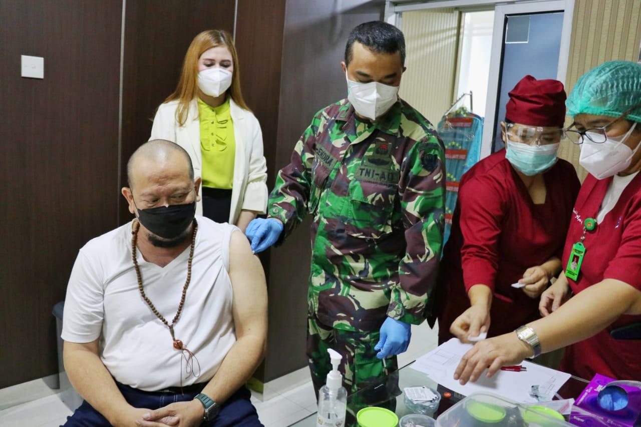 Dokter Endra dari RSPAD menyuntikkan vaksin Sinovac ke Ketua DPD RI AA LaNyalla Mahmud Mattalitti, Kamis (11/2). [Foto: Dok. DPD RI]