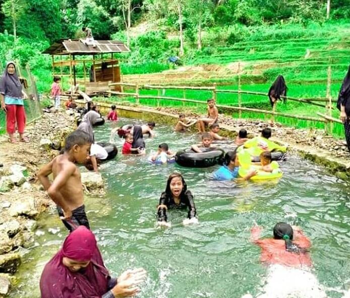Pesona alam nan asri dan pemandian sejuk dari mata air pegunungan siap memanjakan wisatawan di Batu Putiah, Kabupaten Agam. [Foto: Scientia/Aef]