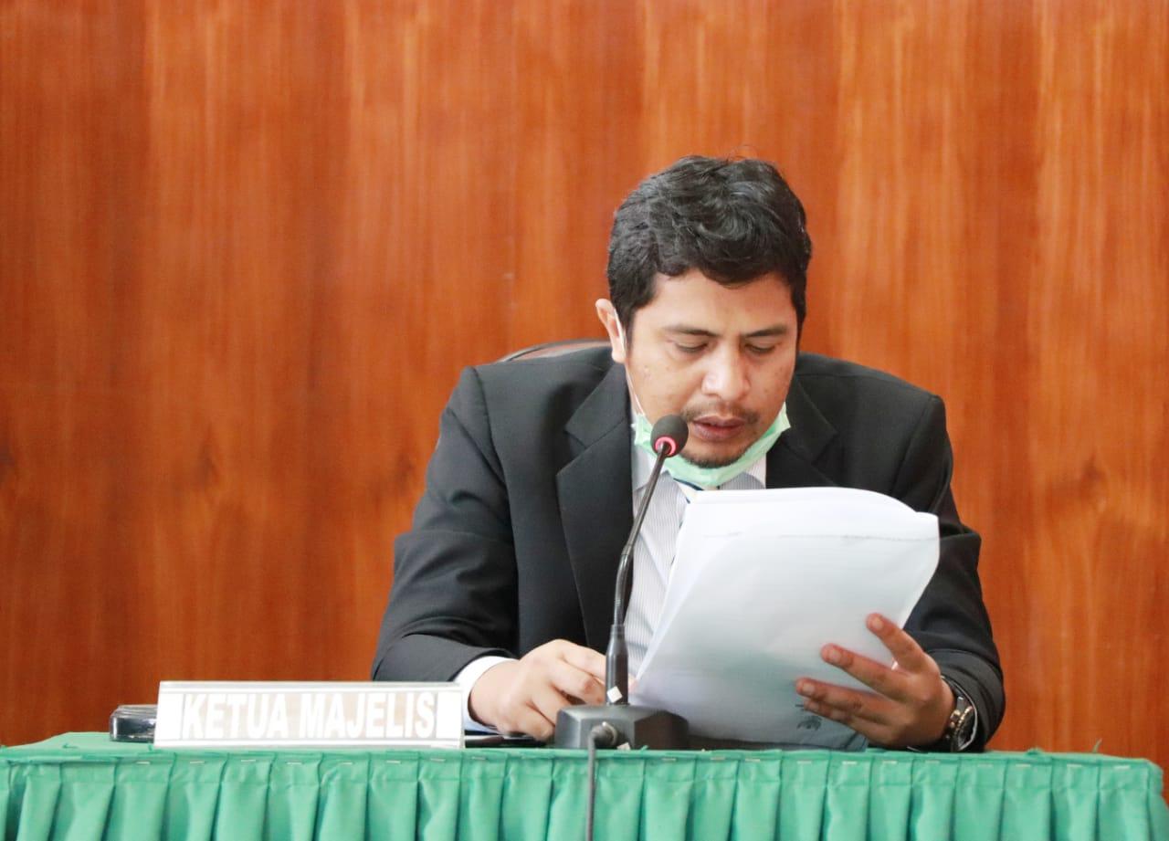 Ketua Majelis Komisioner KI Sumbar  Nofal Wiska membacakan putusan sidang terkait kasus surat kematian, Jumat (26/2). [Foto: dok/KI]