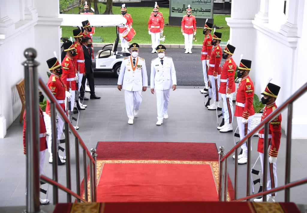 Gubernur Sumbar, Mahyeldi Ansharullah bersama Wakil Gubernur Sumbar, Audy Joinaldy menuju Istana Negara untuk prosesi pelantikan.