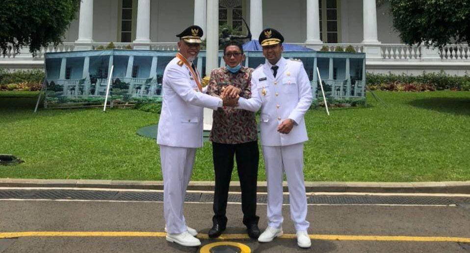 Jelang pelantikan di Istana Negara, Gubernur Sumbar, Mahyeldi Ansharullah, Wakil Gubernur, Audy Joinaldy salam komando dengan Wakil Walikota Padang, Hendri Septa. [Foto: Ist]