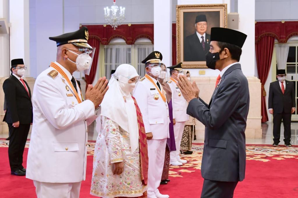 Presiden RI, Joko Widodo memberikan ucapan selamat kepada Gubernur Sumbar, Mahyeldi Ansharullah. [Foto: Ist]
