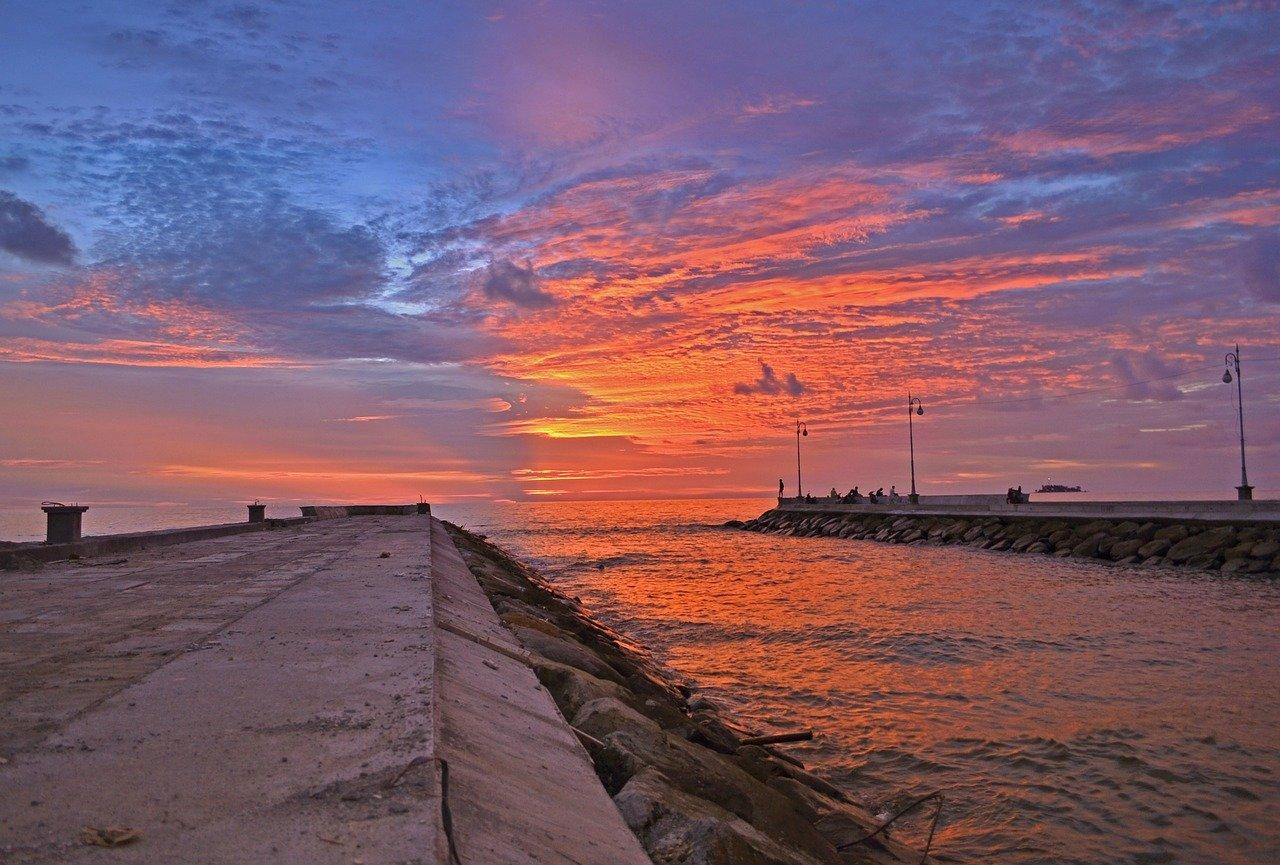 Matari terbenam di salah satu sisi pantai Kota Pariaman. [Foto: Scientia/ilhamabdi355]