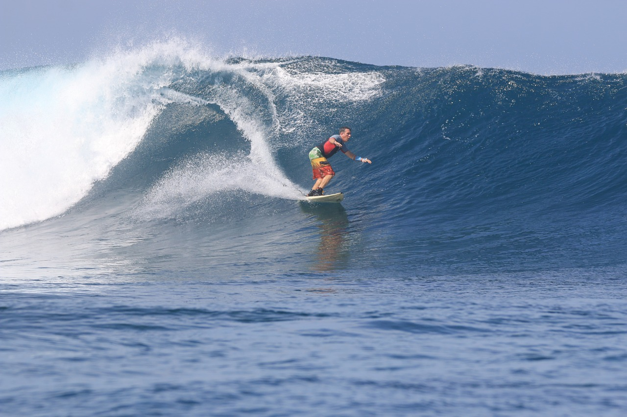 Seorang turis sedang berselancar di pantai Kepulauan Mentawai. Selain menyuguhkan event olahraga internasional, Kepulauan Mentawai dinilai sukses memadukan alam, budaya dan kearifan lokal menjadi kekuatan pariwisatanya. [Foto: Pixabay/gridkid]