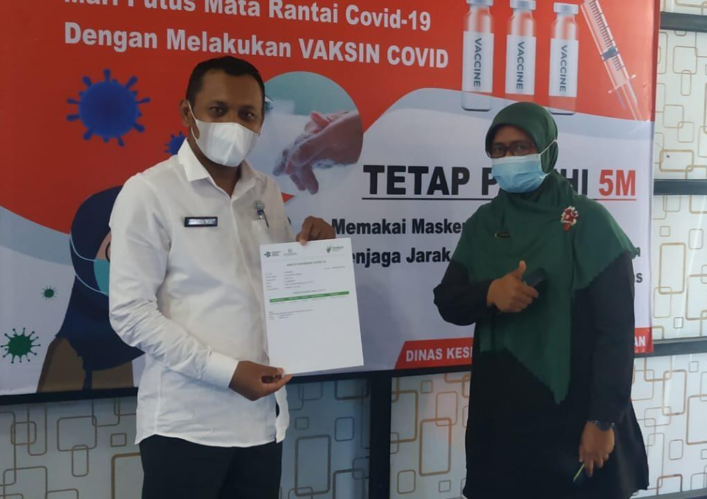 Juru Bicara Covid-19 Padang Pariaman, Jasneli usai memberikan vaksin. Jumat, (26/3). [foto : Scientia/Met]