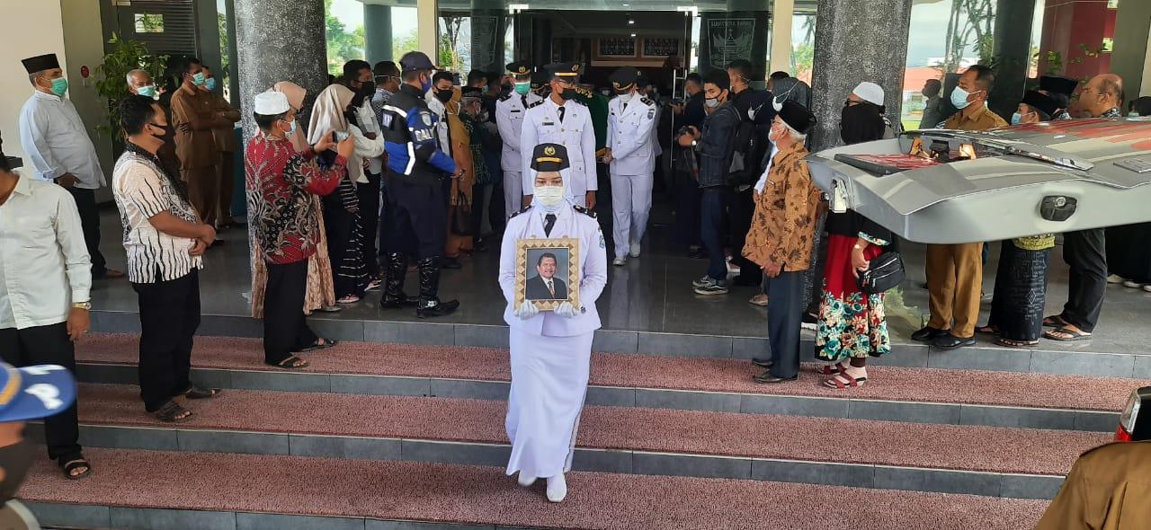 Gubernur Sumbar Mahyeldi Ansharullah memimpin penghormatan terakhir bagi Almarhum Rusdi Lubis di Kantor Gubernur Sumbar, Selasa (27/4) siang. [Foto: Ist]